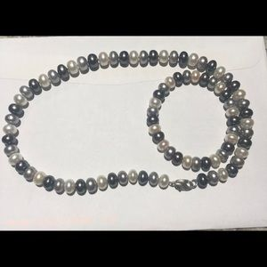A set of honora cultured pearls.